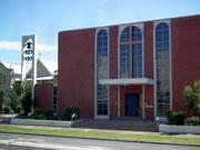 Eine interessante, kubische Bauart der Kirche mit separatem Glockenturm