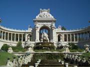 Schönste Architektur mit vielen Details, Skulpturen, Säulen, Arkaden und Treppen