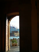 . . . und schauen durch das grosse Tor auf die mächtige Hafenbefestigung