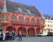 Das «Historische Kaufhaus» am Münsterplatz mit den vier Regenten . . .