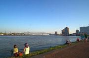 Abendlicher Blick auf den Mississippi auf dem neu angelegten Schutzwall gegen Hochwasser