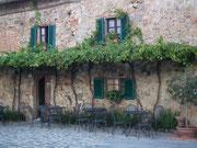 Fotogene Fassade mit echten und unechtem Fenster