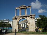 Durch den alten Torbogen Blick zur Akropolis