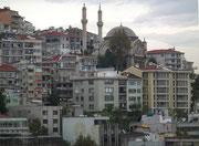 Mitten in der dicht bebauten Stadt hat's auch Platz für eine grosse Moschee