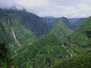 Blick ins «Landesinnere» in das tiefgrüne Takamaka-Tal mit vielen Wasserfällen