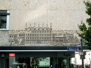 Künstlerisches Beton-Relief an der Fassade des Viatis-Hauses