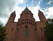 Der Ostanbau mit dem achteckigen Turm und den beiden runden Treppentürmen