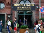 Eingang zur Modellbahn-Wunderwelt. Der Andrang ist sehr gross.