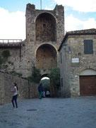 Der Haupteingang durch den grossen Stadttorturm