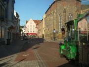 Mit dem grünen Touristen-Zug geht es auf «Sight seeing tour» . . .