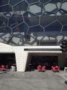 Herrliche Architektur mit Glas, Stahl und Beton