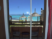 Blick von unserem Zimmer direkt auf den Privatstrand und . . .