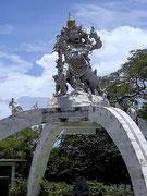 Eine Hindu-Gottes-Figur, mehr als 2 Stockwerke hoch über einem Brunnen