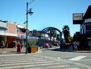 Die Toreinfahrt in die «Market Street» der kleinen Einkaufsmeile