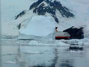 und «versteckt» sich hinter einem Eisberg