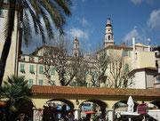 Blick auf den «Dorfplatz». Mediterranes Flair pur mit Musikern, Cafés, Bistros etc.