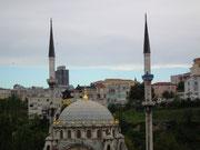 Blick auf eine schöne Moschee mit hübscher Kuppel und 2 Minarett-Türmen