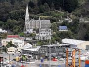 mit der hübschen Kirche, die nett über dem Ort «thront»