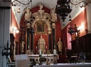 Der Hauptaltar in der alten Backsteinkirche  . . .