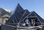Das Glasdach in wilder Pyramidenform überdacht das Café und...