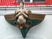 Hübsche Skulptur am Hafengebäude in Fort-de-France auf der Insel Martinique