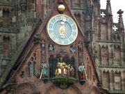 Das berühmte Glockenspiel an der Fassade der Frauenkirche