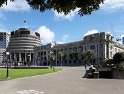 Der Rundbau des Parlamentsgebäudes; rechts das «Bowen House» mit den Büros für die Minister