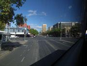 Blick auf die großzügig breiten Strassen mitten durch die Stadt