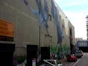Im Industriequartier verschönert man die tristen Fassaden mit großen Malereien