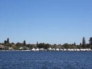 Die vielen Boote zeigen deutlich die Kaufkraft der Ufer-Anwohner