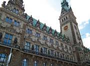 Klassizistische Fassade und Turm. Man beachte die Details