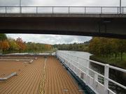 Auf dem kommenden Streckenabschnitt sind die Brücken zu niedrig, sodass auf dem Oberdeck alle Sonnendächer abgeklappt werden mussten