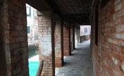 «Fussgänger-Arkaden» entlang eines kleinen Kanals . . .