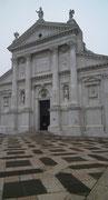 . . . mit der prächtigen Marmor- und Granitfassade