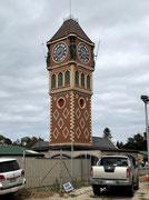 Das Hafengelände mit dem englisch anmutenden Glockenturm