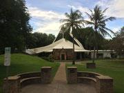 Moderne Kirche mitten im Palmen-Park