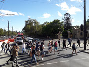Sofort auffällig, die überbreiten Fussgänger-Übergänge auf den breiten Strassen