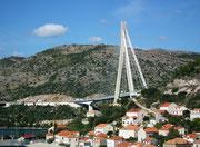 Die imposante Hängebrücke gibt ein hübsches Fotosujet