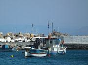 Kleine Fischerboote liegen tagsüber «vor Anker» . . .