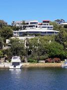 Die gediegene Yacht vor dem Haus, ähh, natürlich vor der Villa «geparkt»