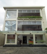 Modernes Gebäude in Glas-Beton-Bauweise, eher untypisch für Bali