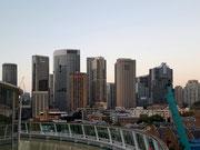 und Blick ins Stadtzentrum mit den markanten Hochhäusern
