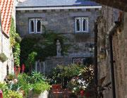mit hübschen Gärten und Innenhöfen