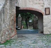 und einem Durchgang bei einem der 14 Burgtürme
