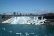 Den amerikanischen Niagara-Fällen liegt noch sehr viel Eis und Schnee «zu Füssen» . . .