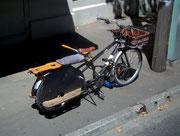 Geübter Bastler hat für seine 2 Kinder eine Sitzbank und Trittbrett montiert