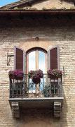 Hübscher Balkon mit den abgerundeten Jalousien