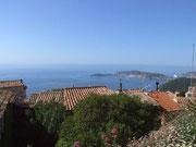 """. . . mit dem fantastischen Ausblick auf die """"azur-blaue Küste""""."""