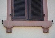 Schönes Detail eines Fenstersimsträgers