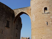 Tor oder Brücke ? - Verbindungssteg in der Burganlage Belver . . .